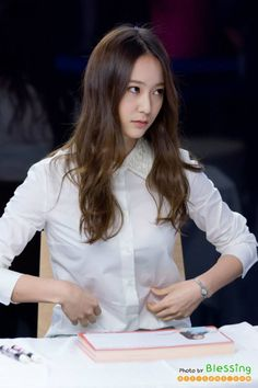 Krystal pinching her nonexistent tummy fat and representing the goals of people working out worldwide South Korean Girls, Korean Girl Groups, Krystal Jung Fashion, Krystal Fx, Sulli, Ice Princess, Kim Woo Bin, Jessica Jung, Rhythm And Blues