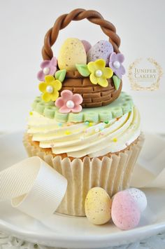 Easter Recipe and Tutorial: Floral Easter Basket Cupcakes by Juniper Cakery Easter Cupcakes, Easter Cookies, Easter Treats, Easter Cake, Easter Food, Flower Cupcakes, Christmas Cupcakes, Cupcake Cakes, Easter Party