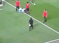 Brazylijczyk bawi się piłką i robi różne triki piłkarskie • Nietypowa przedmeczowa rozgrzewka Ronaldinho Gaucho • Zobacz film >> #ronaldinho #football #soccer #sports #pilkanozna