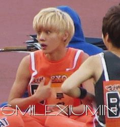 Luhan's reaction is priceless (gif) I love his face too much