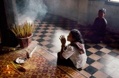 Steve McCurry. CAMBODIA. Angkor. 1999. A Woman in Prayer at the Monastery at Angkor Wat. Steve Mccurry Photos, Ex Yougoslavie, Les Philippines, World Press Photo, Afghan Girl, Picture Stand, Famous Photos, Angkor Wat, Contemporary Photography