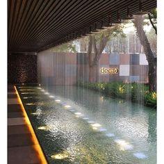 Faltam 13 dias para a CASA COR São Paulo!   O Espaço Deca, por @alexhanazaki já está nos retoques finais e traz forte identidade do arquiteto paisagista. Na foto, detalhe da cortina d'água. Lindo!   @arkpad #arkpad #arkpadnacasacor #casacor #casacorsp #casacor2017 #espaçodeca #deca #alexhanazaki #arquitetura #paisagismo #architecture Atrium Design, Courtyard Design, Garden Design, House Design, Backyard Pool Designs, Swimming Pools Backyard, Landscape Architecture, Landscape Design, Architecture Design