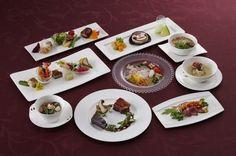 【写真を見る】夜のコース料理全品。サーロインのローストと肩肉の赤ワイン煮込みの2種類で、熊本の名産「あか牛」を堪能できる。くまモンの可愛いケーキも登場