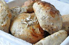 Nemme fuldkornsboller og franskbrød | NOGET I OVNEN HOS BAGENØRDEN Bread Bun, Pan Bread, Savoury Baking, Bread Baking, Pandesal, Cocktail Desserts, Cocktails, Home Bakery, Piece Of Bread