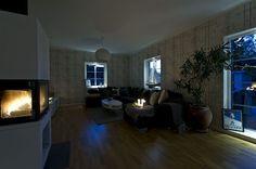 Mysigt med brasa och belysning i fönstersmygarna