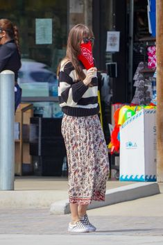 June 28, 2020 | Dakota shopping in Malibu. #dakotajohnson Dakota Johnson Style, Mask Girl, 50 Shades Of Grey, Jamie Dornan, Fett, Attitude, Harem Pants, Style Inspiration, How To Wear