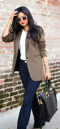 CLASSIC OUTFIT - Classy Blazer Top with Mid Rise Slim Flare Jeans and 'Mini' Leather Tote / Walk in Wonderland