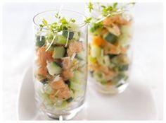 Deze gerookte zalmtartaar met komkommer is ideaal als voorgerecht of als amuse. Verras je vrienden of familie met dit heerlijke gerechtje! Het recept vind je hier: http://www.xenos.nl/recepten/gerookte-zalmtartaar-met-komkommer