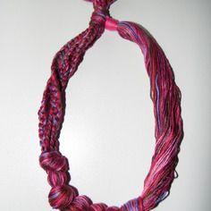 Joli collier en fils de coton tons violet foncé