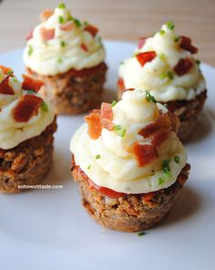 These meatloaf cupcakes look delicious and super easy to make! Kind of messy pan clean up, but not bad. I Love Food, Good Food, Yummy Food, Meatloaf Cupcakes, Meatloaf Muffins, Sloppy Joe, Tapas, Meat Loaf, Snacks
