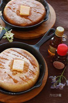 スキレットでふわふわ厚焼き✿ホットケーキ 材料 (スキレット6インチ(15cm) 3枚分) ■ ✿ホットケーキ材料✿ ホットケーキミックス 200g(1袋) 卵 1個 牛乳 80ml ヨーグルト(プレーン) 80g ■ ✿トッピング材料✿ バター 適量 メープルシロップ/蜂蜜 適量 粉砂糖(お好みで) 適量