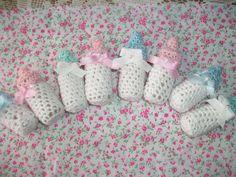 Brazilian Crochet And Handicraft Crochet Christmas Gifts, Crochet Gifts, Crochet Dolls, Baby Shower Souvenirs, Baby Shower Favors, Crochet Symbols, Crochet Patterns, Baby Showers, Baby Boy Shower