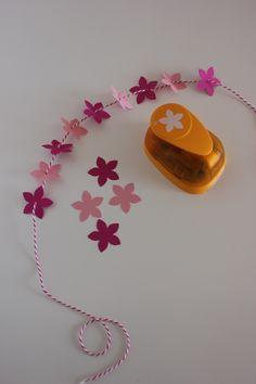 Troqueladora de pétalos Recycled Paper Crafts, Paper Folding Crafts, Paper Crafts Origami, Beach Scrapbook Layouts, Scrapbook Paper, Scrapbooking, Paper Punch, Punch Art, Flower Punch Board
