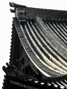 Detail of the roof of the Main Hall, Ni-no-maru, Nijo Castle, Kyoto, Japan VincentPhotomaniac - Japanese Aesthetics Japan Architecture, Chinese Architecture, Architecture Details, Katana, Samurai, Nijo Castle, Kubo And The Two Strings, Roof Detail, Temples