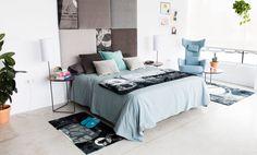 Dormitorio decorado al completo combinando estampados y cabecero en tonos grises estampados, con toques en azul en las sábanas y cojines. Comforters, Blanket, Bed, Furniture, Home Decor, Blue Grey, Bed Feet, Print Fabrics, Headboards
