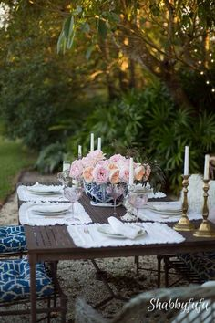 How To Enjoy The Outside While You Dine. Tips for planning a relaxing al fresco meal by organizing and early planning. tablescape I hostess ideas I outdoor party planning I garden party I pretty table settings I romantic dinner