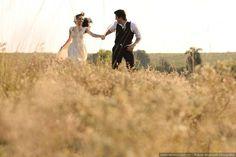 """Antes de dizer o """"sim"""" o casal tem uma série de compromissos, e um deles é o ensaio pré-casamento. O momento deve transbordar romantismo e inspiração, e por isso te damos 10 dicas para que o seu registro fique tão emocionante quanto o próprio dia C. Couple Photos, Couples, Wedding Dresses, Sim, Photograph, Autumn, Winter, Perfect Wedding, Married Couple Photos"""
