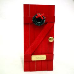 Made in Kauhajoki  Punainen puusta tehty tonttuovi messinkikahvalla, havukranssilla ja tietenkin ovessa on asukkaan nimi. Koko 8×17,5cm Bottle Opener, Christmas Decorations, Miniatures, School, Garden, Diys, Key Bottle Opener, Bottle Openers, Christmas Decor