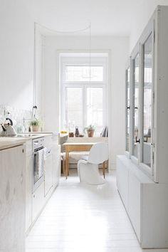Witte kleine keuken met retro kast
