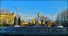 Fuente de Neptuno. Madrid. La Fuente de Neptuno (monumento de estilo neoclásico) está situada en la Plaza de Cánovas del Castillo, Madrid.  El club de fútbol Atlético de Madrid va a esta fuente para celebrar sus títulos.  Fue diseñada en 1777 y su construcción finalizó en 1786.  -Autor, Ventura Rodríguez.  -Dimensiones, Altura: 4,5 m x Ancho: 32 m x Fondo: 32 m.  Aúpa Atléti!.