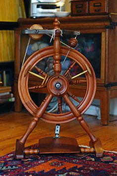 Pipy Wendy spinning wheel from New Zealand Spinning Wool, Hand Spinning, Spinning Wheels, Woodworking Hand Tools, Woodworking Crafts, Purple Heart Wood, Drop Spindle, Antique Sewing Machines, Twist And Shout