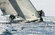 """Calé sur son """"rail"""", Intrepid est plus stable qu'un catamaran !"""