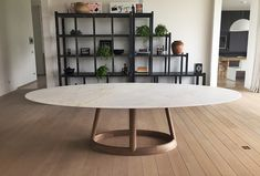 Ovale marmeren tafel op houten voet op maat gemaakt, 3 meter lang en 1,5 meter breed. Gerealiseerd in White Sahara met XQUISE-afwerking (100% onderhoudsgarantie)   oval table marble wood   Marmer: #PotierStone   houtwerk: Cruleyn.