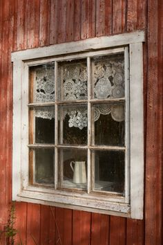 I kind of wish I had a summer house or a cottage with windows just like that, so I could crochet some cute curtains