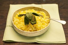 O jeito mais fácil de variar o sabor do arroz é acrescentar ingredientes ao refogado. Nesta versão com cenoura, ele também ganha cor: fica amarelinho da silva. A dica é ralar bem fininho a raiz.