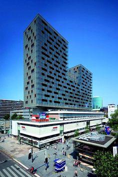 Rotterdam - De Karel Doorman staat midden in het winkelhart van Rotterdam bovenop het Ter Meulen winkelgebouw uit 1948.   Dit, 70 meter hoog,  'glazen' woongebouw geeft ruimte aan 114 woningen en 156 parkeerplaatsen.