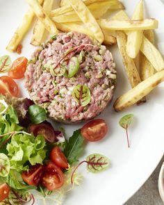 Een gerecht voor echte Belgen! Steak tartaar met frietjes. Een goede steak tartaar maken is een kunst, maar met ons beproefde recept moet het zeker lukken!