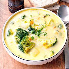 Zdrowa i pożywna zupa z brokułami, z dodatkiem ziemniaków i marchewki. Zaprawiona śmietanką oraz serkiem topionym - użyłam śmietankowego, ale może pasowałby też np. ziołowy? Warto korzystać póki nasze rodzime brokuły są jeszcze na straganach. Tutaj znajdziecie ciekawe pomysły jak je przygotować. Zawsze możecie je też po prostu ugotować i podać do obiadu jako warzywny dodatek ;-) Soup Recipes, Diet Recipes, Vegetarian Recipes, Cooking Recipes, Healthy Recipes, Special Recipes, Indian Food Recipes, Food Inspiration, Easy Meals