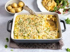 Hjemmelaget fiskegrateng med makaroni - video med steg for steg | Oppskrift | Meny.no Fish And Seafood, Macaroni And Cheese, Food And Drink, Cooking Recipes, Dinner, Ethnic Recipes, Families, Dining, Mac And Cheese