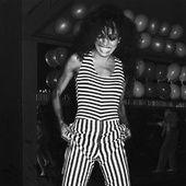 Tendance phare de l'automne-hiver  2015-2016, les années 80 font leur come-back mode. Alors que le Festival de Cannes bat son plein, voici une petite sélection d'images donnant à voir les icônes de la décennie sous le feu des flashs, vêtues pour la fête et le soir. Gia Carangi, Lauren Hutton, Brooke Shields, Grace Jones… Un flashback 80's pour trouver l'inspiration et briller sur le tapis rouge.