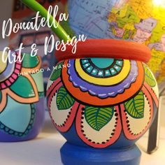 Mates Pintado a Mano Painted Flower Pots, Painted Pots, Diy And Crafts, Arts And Crafts, Sharpie Art, Bottle Painting, Mexican Art, Diy Planters, Pottery Painting