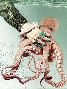 Anel Polvo de ouro, diamantes invertidos brancos e negros e diamante negro central de oito quilates; e versão com turmalina Paraíba de 27 quilates, reedições do modelo criado em 2011 por Ara Vartanian (Foto: Vogue Brasil)