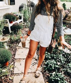 Cute white overalls with olive shirt. Style Casual, Casual Outfits, Fashion Outfits, Casual Ootd, Fashion Women, Woman Outfits, Comfy Casual, Club Outfits, Office Outfits