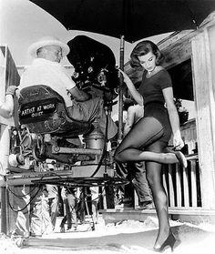 Howard Hawks observa a Angie Dickinson en el set de 'Rio Bravo' (1959)