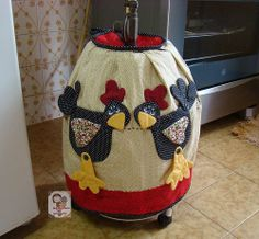 The World's Best Photos of galinha and patchwork Quilt Block Patterns, Applique Patterns, Fall Crafts, Diy Crafts, Chicken Quilt, Grocery Bag Holder, Chickens And Roosters, Sewing Art, Soft Furnishings