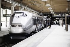 Complete info about transport between Oslo Airport Gardermoen and downtown Oslo. Travel from the airport to Oslo by train, express train, bus, car or taxi.