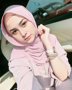 Pin Image by Hijabi Instag Hijab Gown, Hijab Niqab, Hijab Chic, Beautiful Muslim Women, Beautiful Hijab, Beautiful Asian Girls, Muslim Beauty, Hijab Fashionista, Casual Hijab Outfit