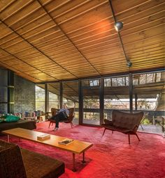 The Robin Boyd Walsh Street House in Melbourne is a perfect example of Australia's most celebrated modernist architectural design. Colour Architecture, Australian Architecture, Australian Homes, Modern Architecture, Mid Century Decor, Mid Century House, Mid Century Furniture, Falling Water House, Interior Balcony