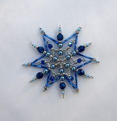 korálková hvězdička malá Vánoční hvězdička z korálků a perliček na pevné drátěné konstrukci , velikost 8 - 9 cm v barvách stříbrná tmavě modrá a světle modrá Kategorie: