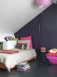 Meisjeskamer met donkerpaarse muur.