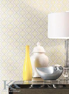 Vaza galbena asortata la un tapet modern.... Kitchen And Bath, New Kitchen, Trellis Wallpaper, Quatrefoil, Home Improvement, Yellow, Modern, Design, Butter
