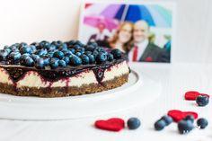 Skyr-Cheesecake mit Blaubeertopping schmeckt einfach immer. Auf Island gibt es ihn in jedem Café. Mit unserem einfachen Rezept bald auch bei dir!