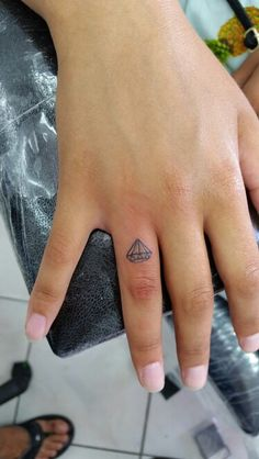 Diamond tattoo, finger tattoo, elmas dövmesi, parmak dövmesi, tiny tattoo, bodrum tattoo, bodrum dövme, ali baba tattoo, piercing