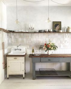 The hand made tile radiates behind open shelving stacked perfectly with kitchen-wares at this Hudson River studio. Image via from The post The hand made tile radiates behind open shelving stacked perfectly with kitchen-& appeared first on BlinkBox. Cocina Shabby Chic, Shabby Chic Kitchen, Rustic Kitchen, Kitchen Dining, Kitchen Decor, Vintage Kitchen, Country Kitchen, Kitchen Island, Vintage Sink