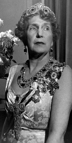"""Queen Victoria Eugenia in 1947 in London, in this picture you can see the ;stomacher"""" jewels worn lower on the abdomen, here its up higher, her boober? Great jewels~"""
