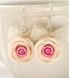 Artículos similares a Earrings of pink and beige hand sculpted polymer clay roses en Etsy